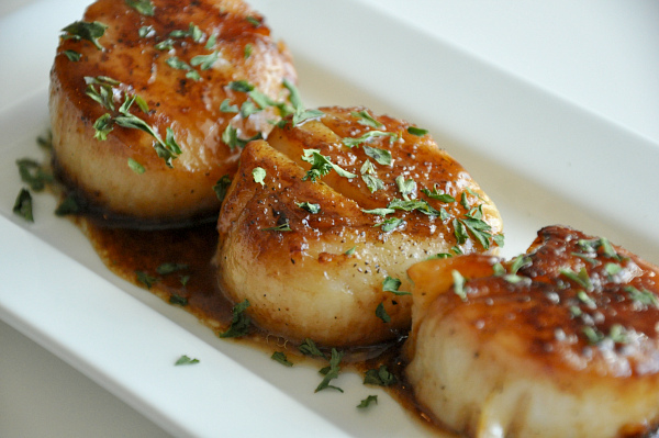 perfect seared sea scallops with parsley butter wine glaze sauce