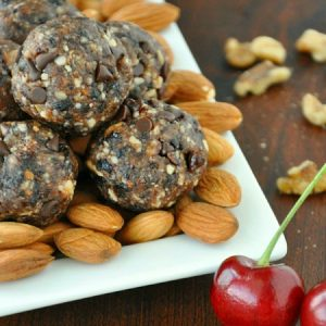 Chocolate Cherry Energy Bites // a homemade larabar copycat