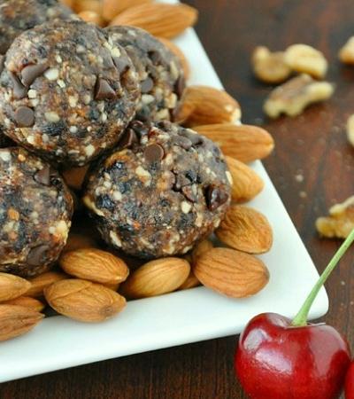 Chocolate Cherry Energy Bites // a homemade larabar copycat