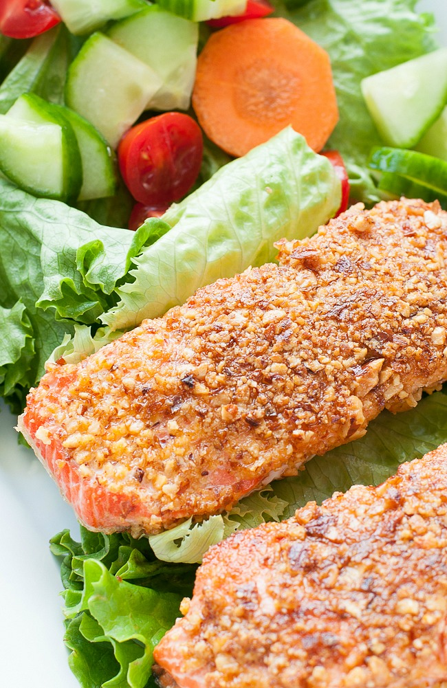 Sriracha Almond Salmon :: quick, easy, and loaded with nutrients! You're gonna love this healthy protein-packed recipe!