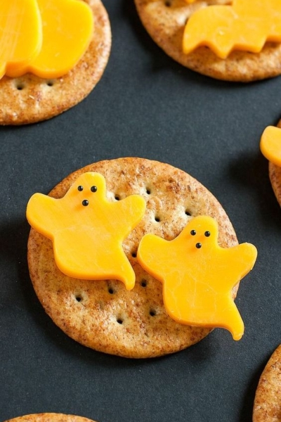 No crazy Pinterest skills required! Whip up these fun (and healthy) Halloween snacks in just minutes!